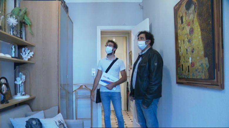 Accompagné de son agent immobilier, Yoan Kraus visite une pièce qu'il pourrait transformer en bureau s'il achète l'appartement. / © Benoit Loth /FTV