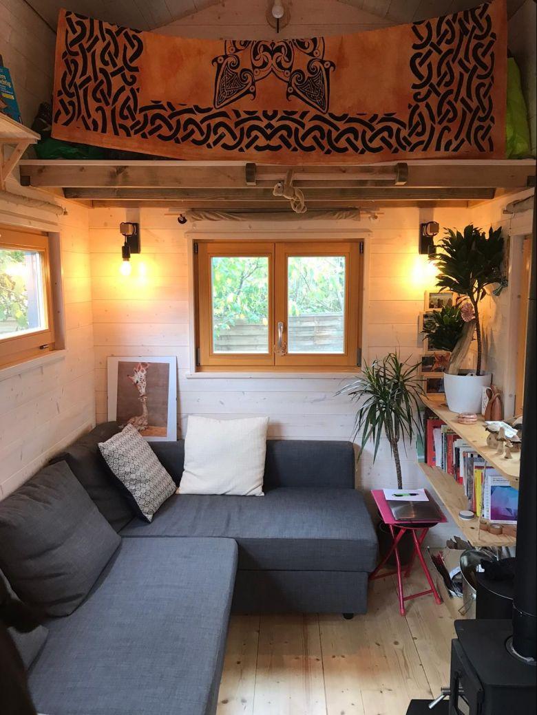 La tiny house est presque entièrement constituée de bois. Marlène Bouyat apprécie le côté chaleureux que procure ce matériau. / © Muriel Kaiser