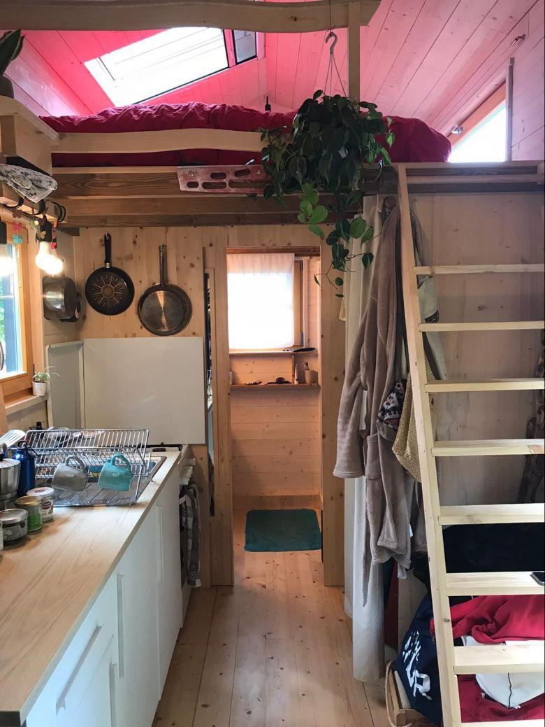 La taille et le poids d'une tiny house sont réglementés. Tout y est aménagé pour optimiser l'espace. / © Muriel Kaiser