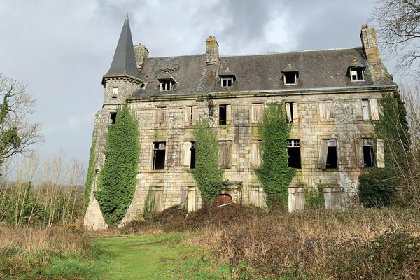 Construit au XIVe siècle, brûlé par les Bonnets rouges en 1675, reconstruit à la fin du XVIIe, agrandipar la famille Hallier au XIXe,vendu en 2002, le château de la Boissière tombe en ruine