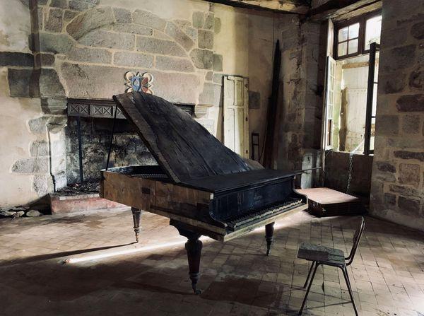 Dans l'une des pièces du château de la Boissière, ce piano à queue qui a perdu ses notes et sa superbe