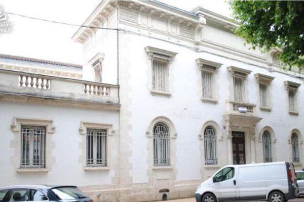 Les anciens bâtiments de la Banque de France à Villeneuve-sur-Mot sont à vendre, près de 700 m2 habitable
