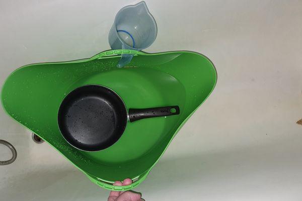 Sans accès à l'eau chaude, les habitants se lavent en faisant chauffer de l'eau à la casserole et à l'aide de bassines.