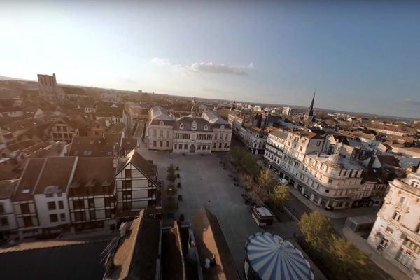 La place de l'Hôtel de Ville de Troyes.