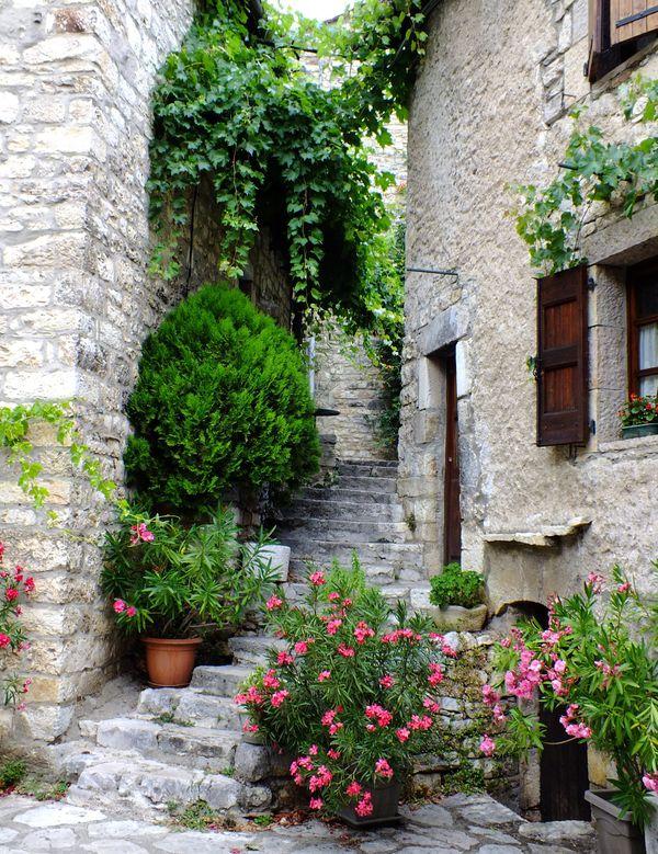 Maison de village à Sainte-Enimie (Lozère) - archives.