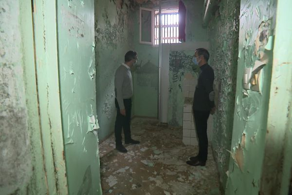 Le nouveau propriétaire de la prison de Compiègne et son architecte dans les locaux en très mauvais état