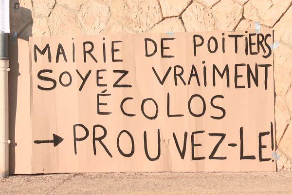 """Les habitants du Chemin du Lavoir demandent à la mairie écologiste de Poitiers de """"prouver qu'ils sont écolos"""""""
